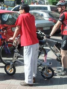 """Преставитель дипломатичекого ведомства использует складной велосипед на  киевском """"Велодне"""""""